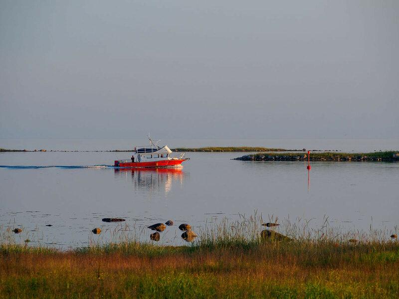 Вдоль берега ходят лодки.
