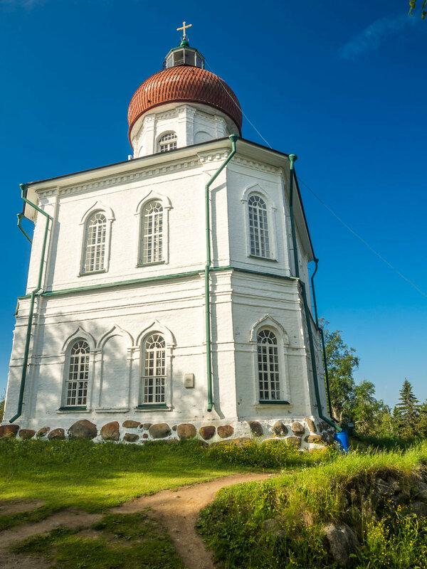 Наверху находится церковь-маяк.
