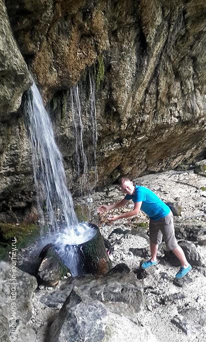 в гроте рядом с Гегским водопадом