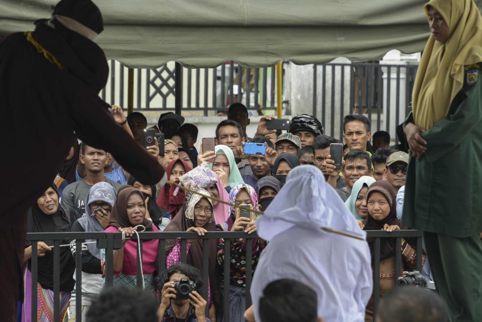 Очередная публичная порка в индонезийской провинции Ачех флирт, общественном, ударов, приставку, месте, одобрительные, возгласы, зрителей, пойманы, игрой, приравнивается, азартным, Несмотря, выпороли, играм, правда, только, смотрел, играл, получил