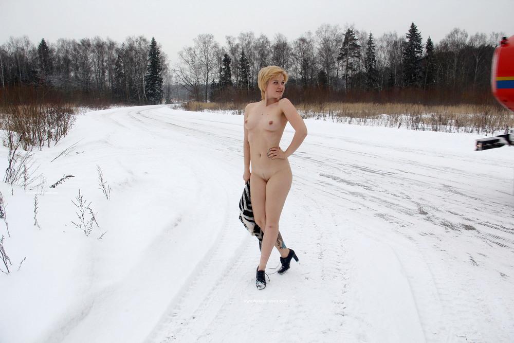 Голая Елена на зимней дороге