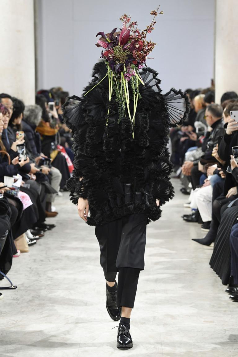 Букетом в лицо: модели вышли на подиум с цветами на головах
