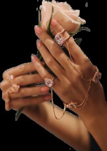 руки с розой