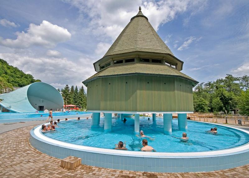 В купальне есть не только бассейны в помещении, но и на открытом воздухе