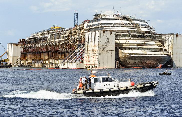 Последнее путешествие лайнера Costa Concordia (29 фото)