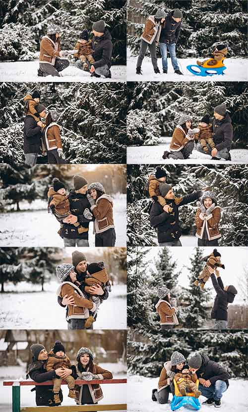 Молодая семья с ребёнком на прогулке в зимнем лесу - Клипарт