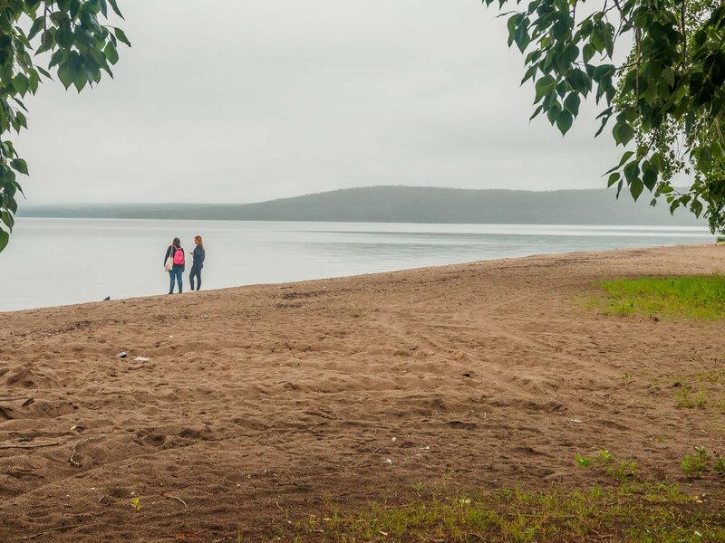 Несмотря на дождь, берег не пустынен.