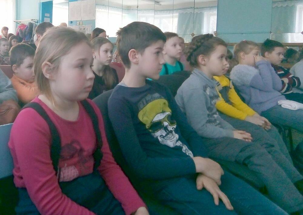 Дети смотрят кукольное представление