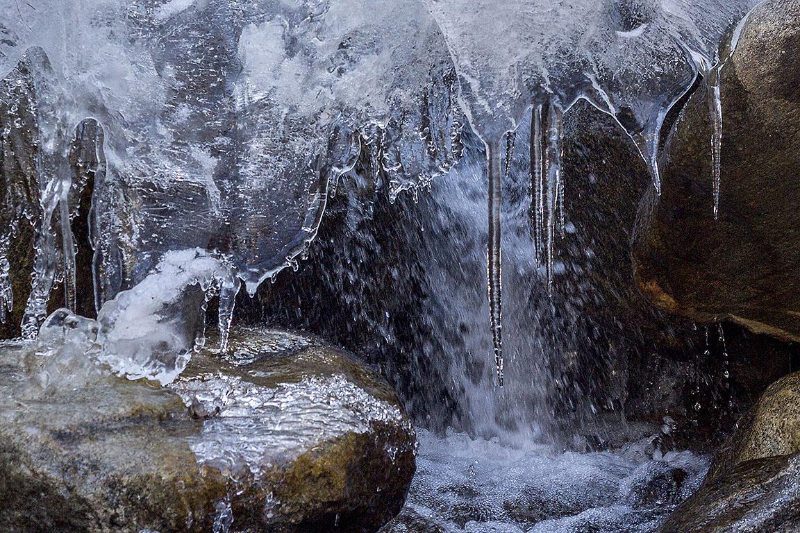 Верхняя Балкария. Замерзший ручей -
