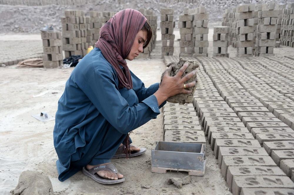 Афганская девушка 10 лет притворяется юношей, чтобы кормить семью