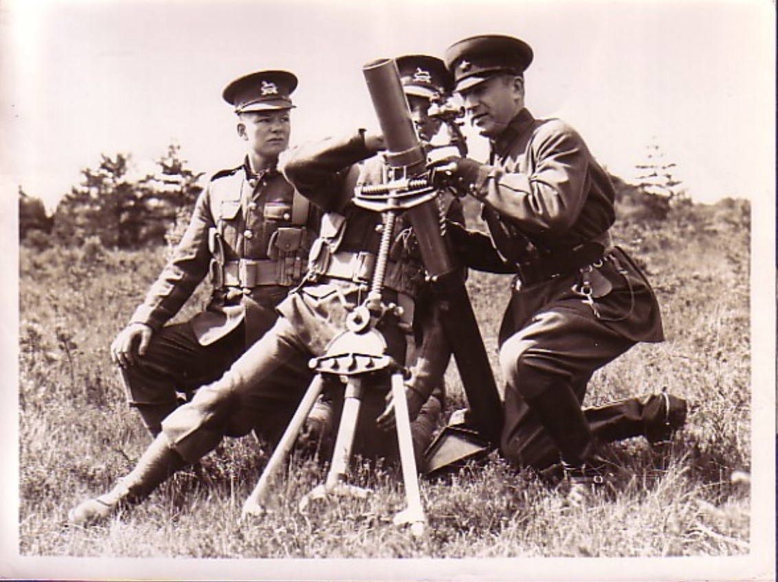 1935. Комкор Витовт Казимирович Путна возле миномёта