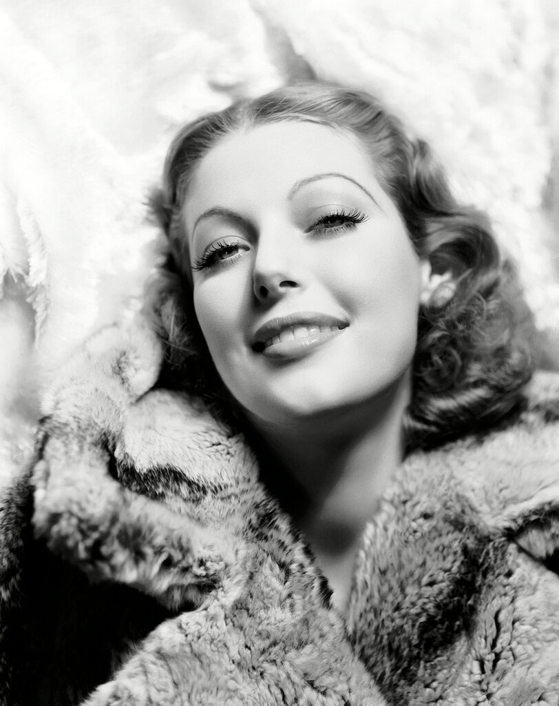 5th May 1933: American actress Loretta Young (1913 - 2000) winner of a Best Actress Oscar for her role in 'The Farmer's Daughter'.