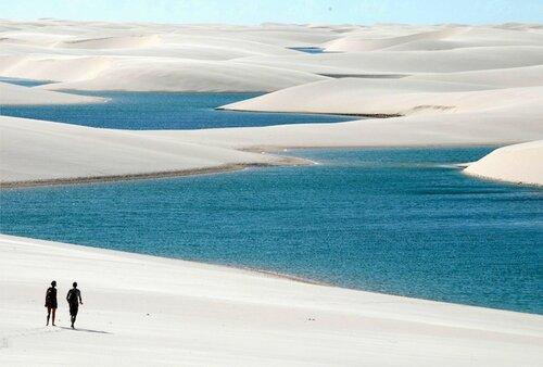 Голубые лагуны среди белых дюн