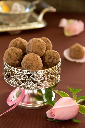 Chocolate truffles with cocoa powder
