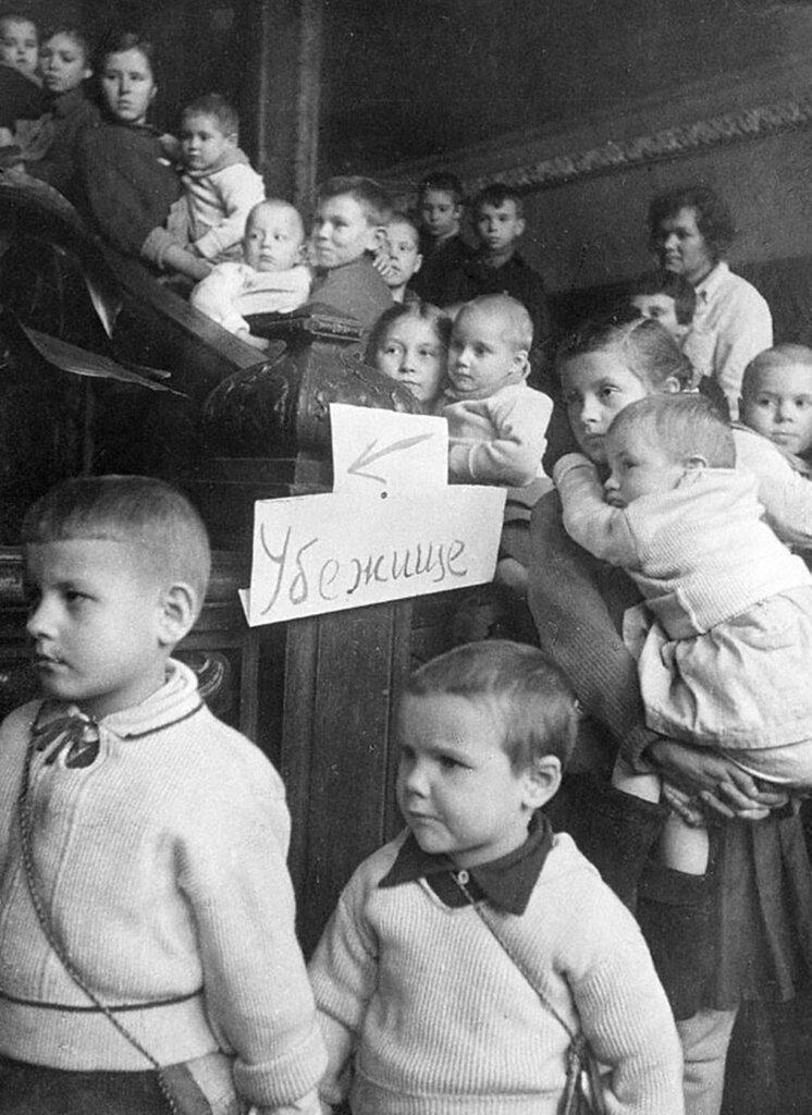 Воспитанники детского дома № 58 с воспитательницей И.К. Лирц в бомбоубежище во время воздушной тревоги.  Ленинград.