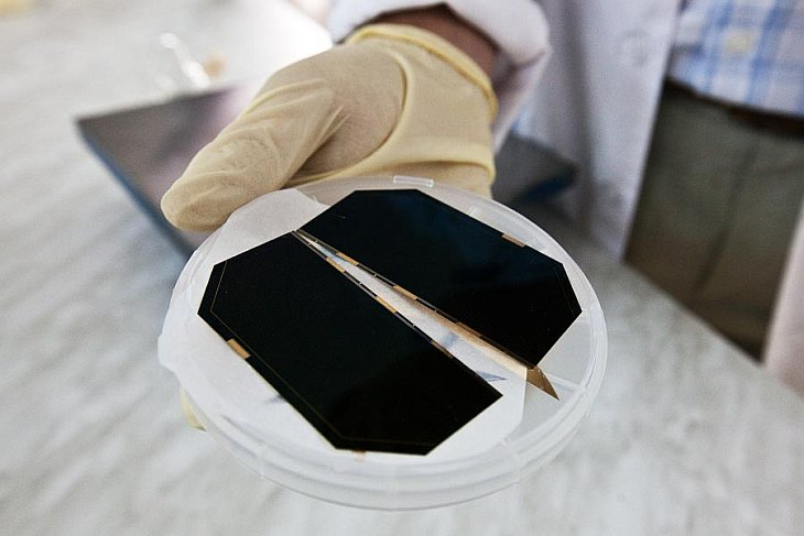 Как делают солнечные батареи для космоса (23 фото)