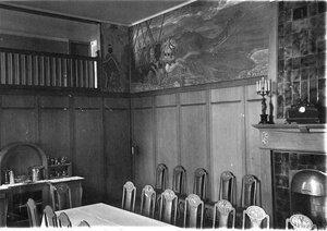 Угол столовой и часть фриза, укращающего комнату, расписанного в духе старых русских сказок (- Богатырский фриз работы Н.К.Рериха).