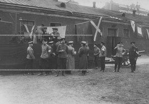 Жюри конных состязаний во время скачек на плацу подводит итоги заезда.