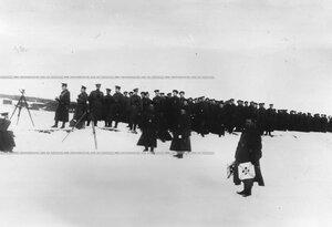 Колонна солдат у Невы во время стрельб.