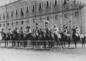 Кирасиры в исторических формах обмундирования на параде полка.