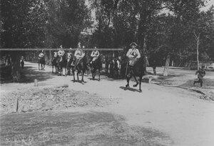 Проезд конных кирасир в исторических формах в день 200-летнего юбилея лейб-гвардии Кирасирского Его Величества полка.