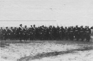 Император Николай II  обходит строй полка.