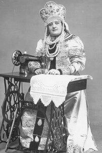 Женщина в русском национальном костюме за швейной машинкой компании Зингер - снимок для рекламы компании.