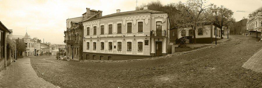 Киев, Андреевский спуск, 13. Дом-музей Булгакова.