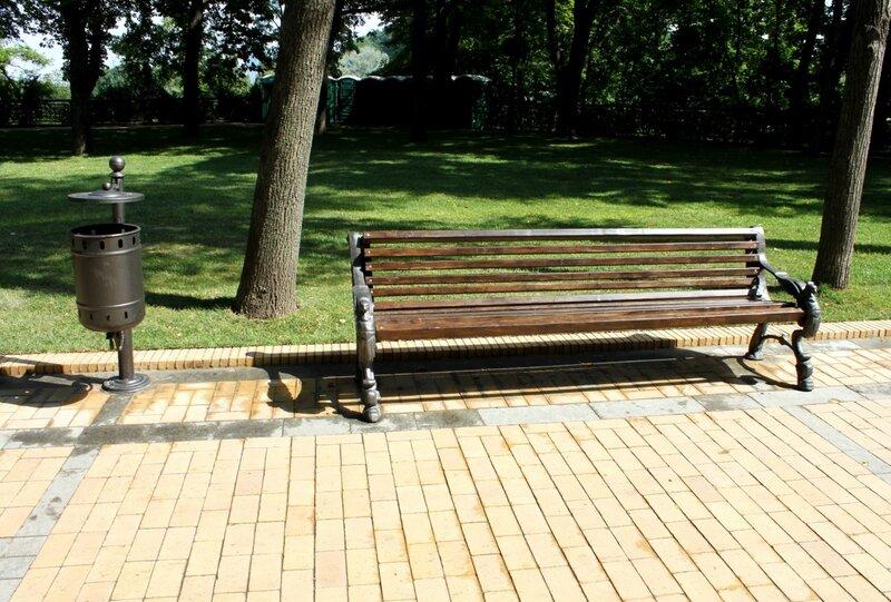 Новые парковые скамейки на Владимирской горке