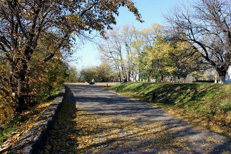 Пейзажная аллея осенью
