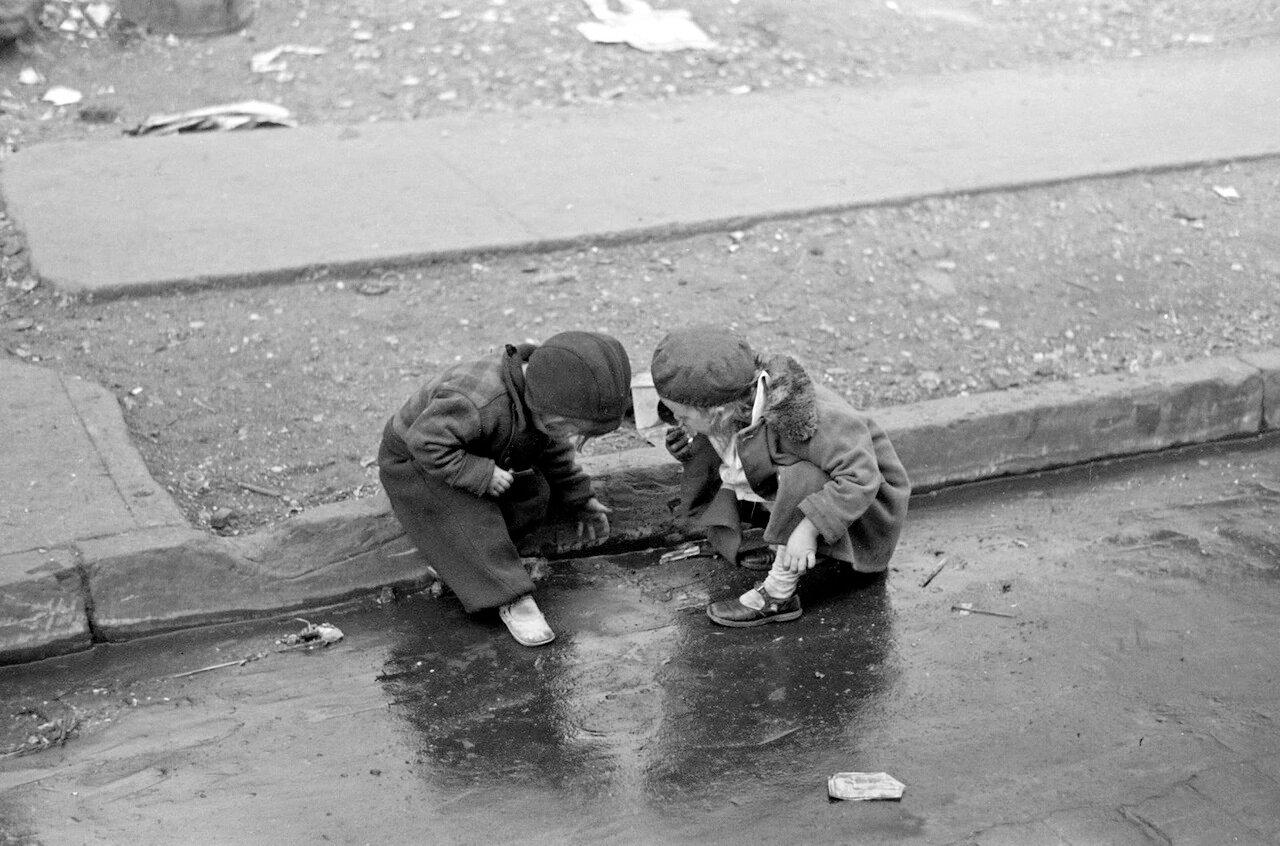 Дети, играющие в грязи на 139-ой Улице к востоку от Авеню Св.Анны, Бронкс, Нью-Йорка, 1936