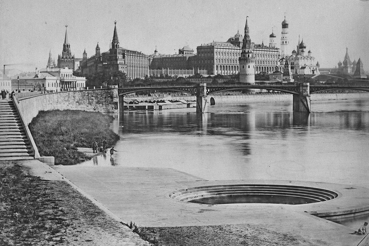Вид на Кремль и первый в Москве металлический трехпролетный мост.