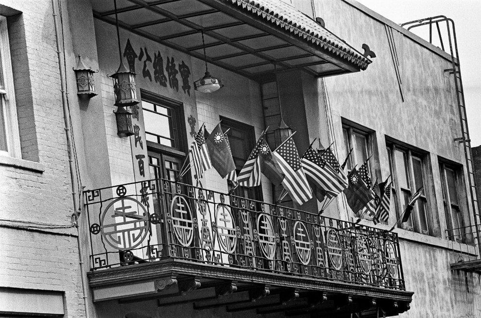 Национальные флаги США и Тайваня висят рядом.