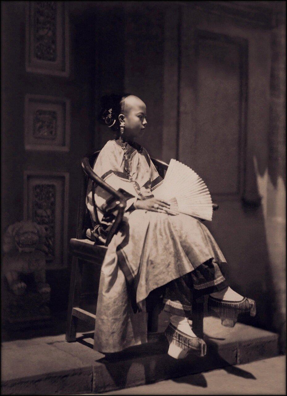 1861-1864. Портрет маньчжурской девушки в традиционном костюме, Пекин
