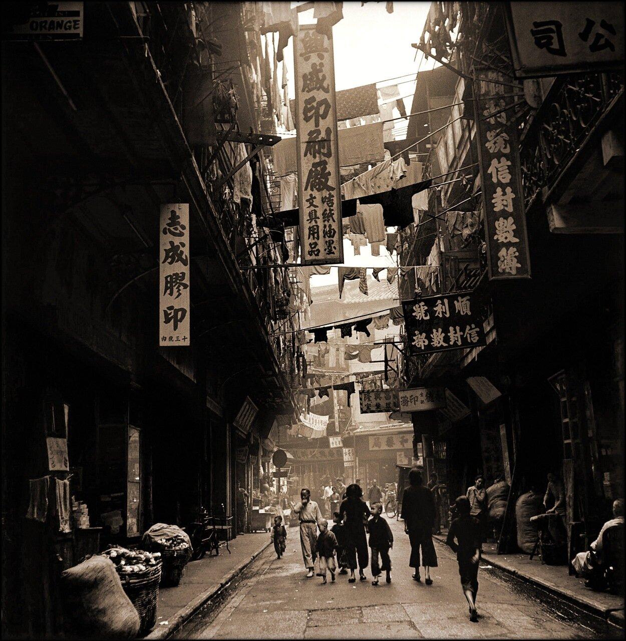 1946. Типичная торговая улочка Гонконга
