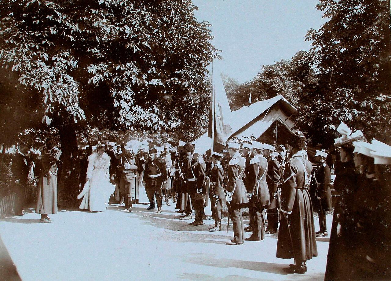 18. Военные чины приветствуют прибывших в Уяздовский военный госпиталь императора Николая II и императрицу Александру Федоровну