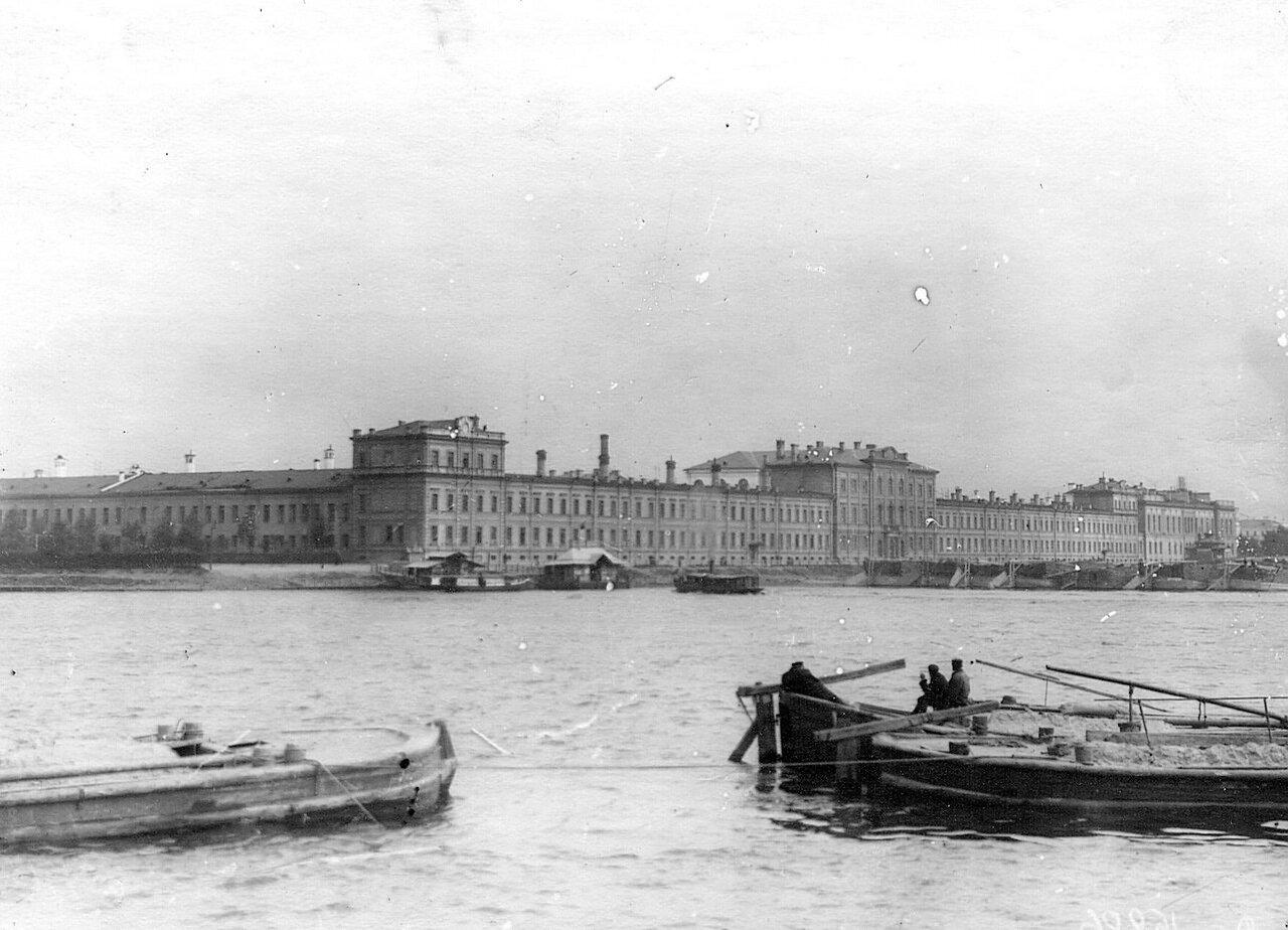 02. Вид здания академии со стороны Невы