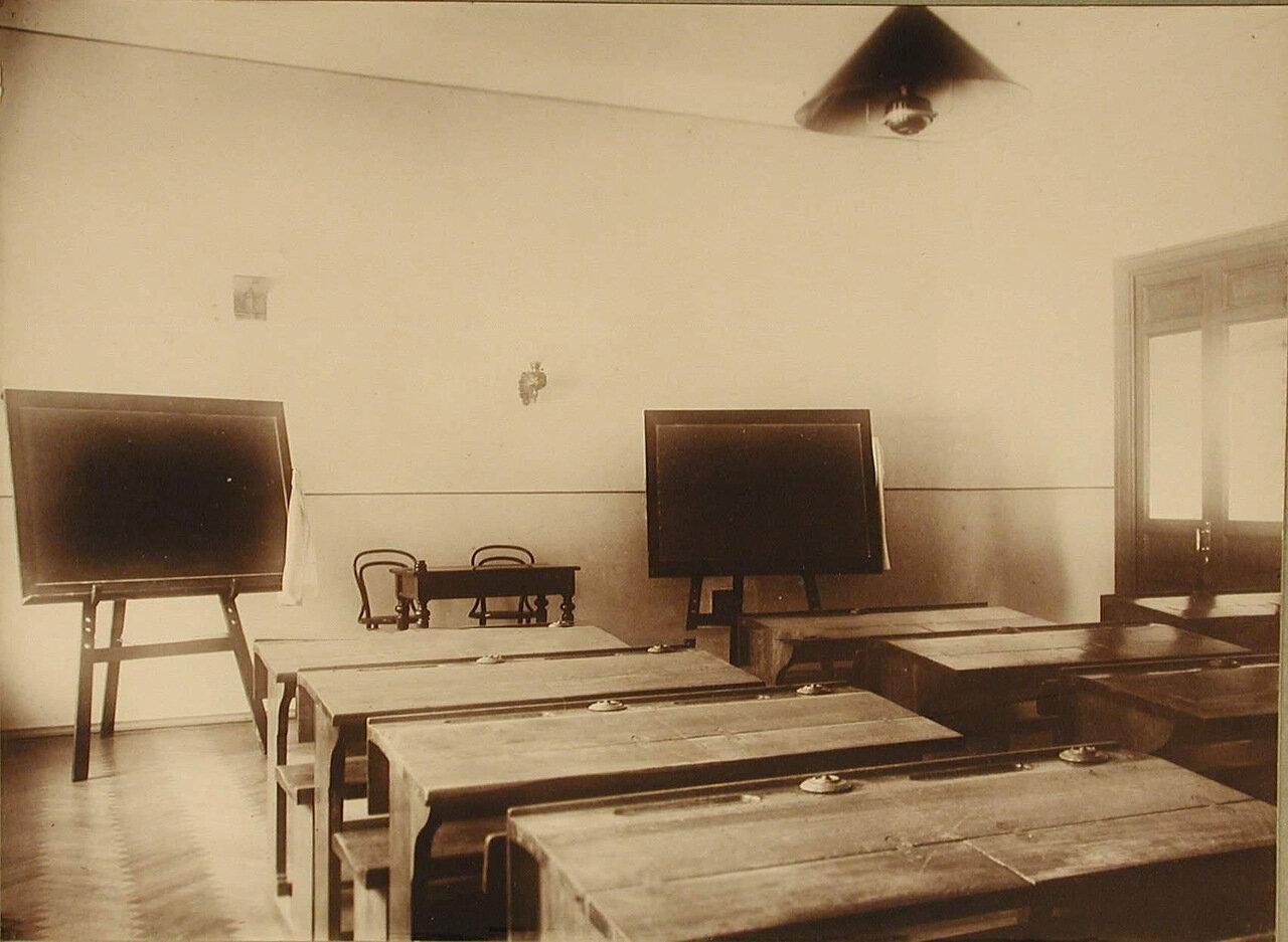 16. Вид части классной комнаты училища
