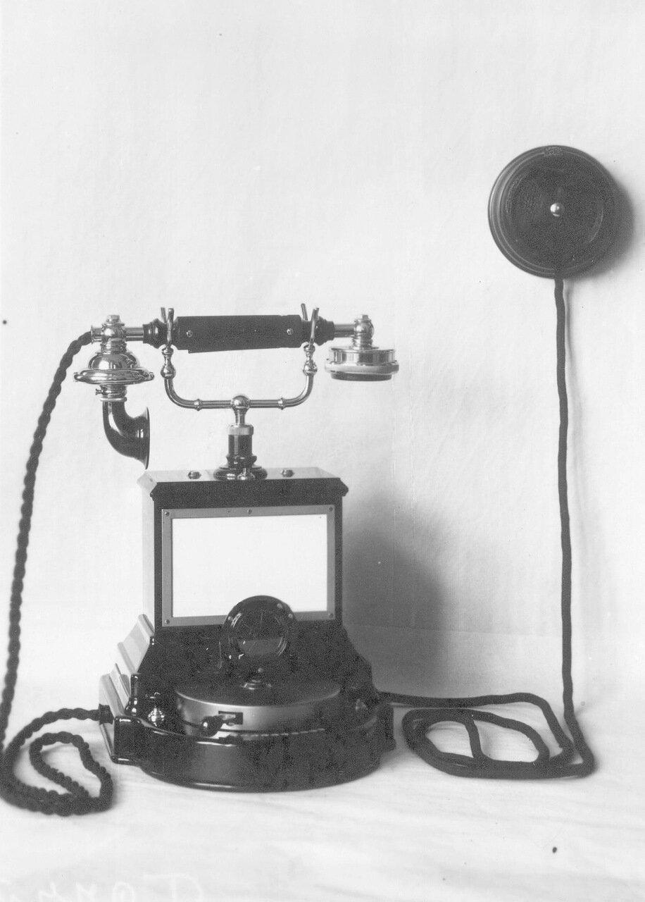 21. Внешний вид настольного фонического телефонного аппарата с коммутатором и двумя вызывными кнопками