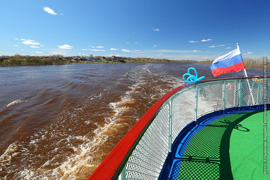 теплоход Василий Чапаев идет вниз по реке Вятка