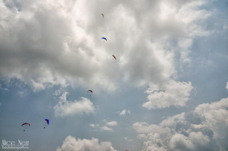 Парапланы в небе над Сарангкотом, озером Фева, вид на облака