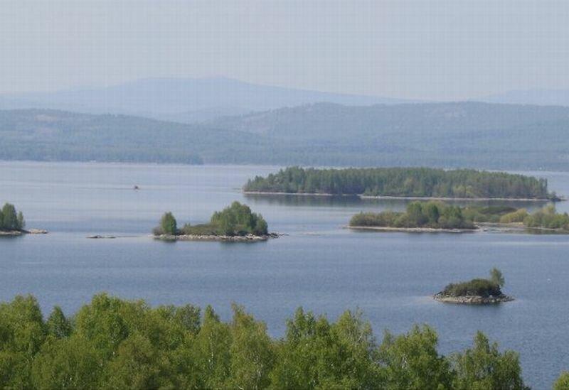 Поверхность водохранилища покрыта островами (30.05.2013)