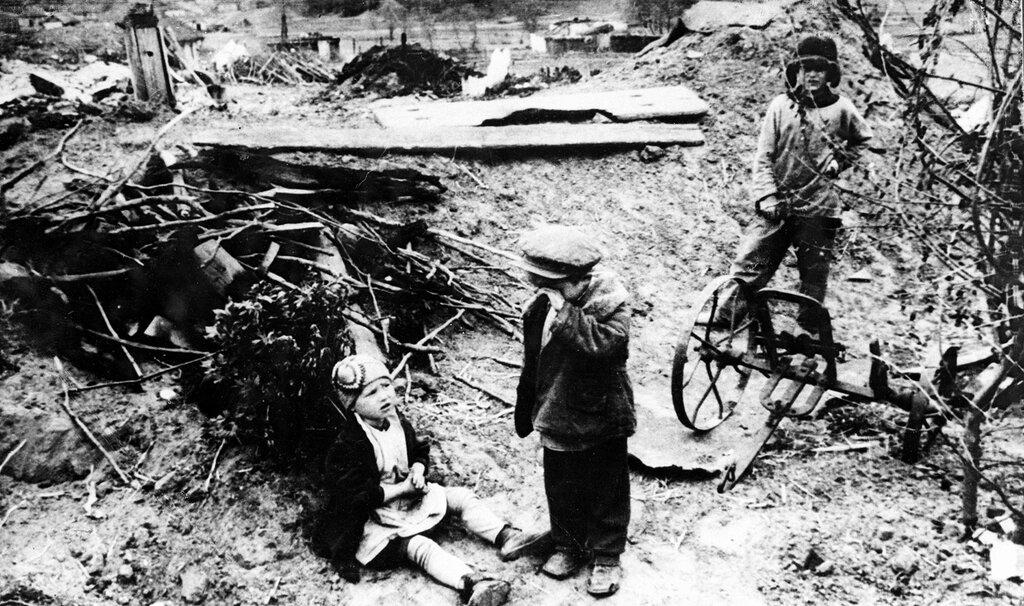 Советские дети среди разрушенного населенного пункта. 1942 г.