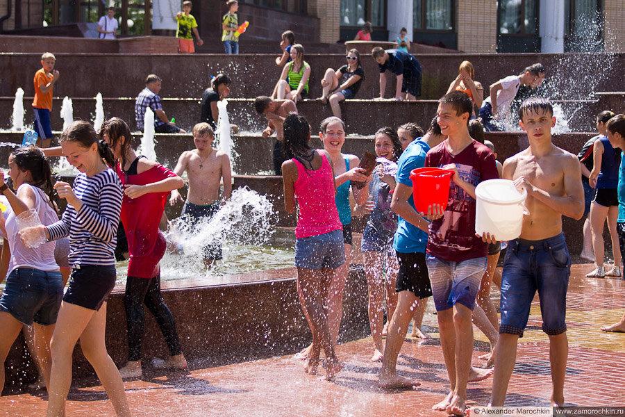 Водная битва у фонтана