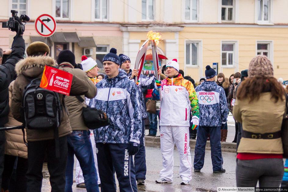 Алексей Мишин передаёт эстафету Олимпийского огня в Саранске