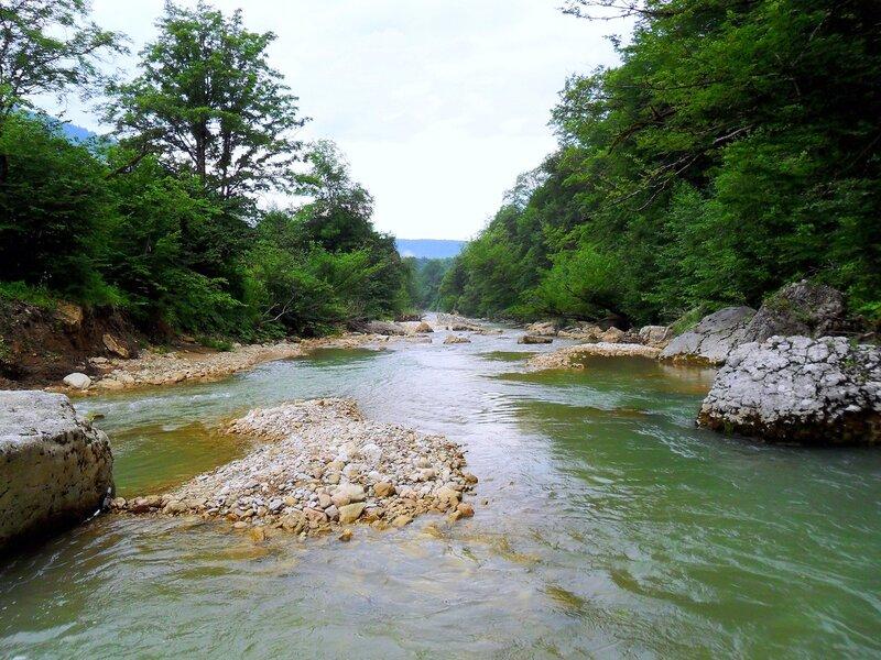 У горной реки
