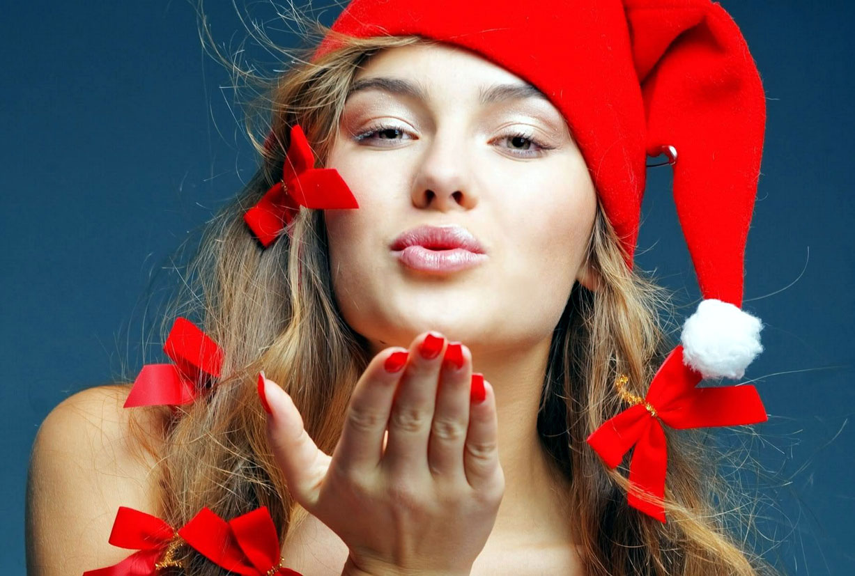 девушка с красными ноготками и в красной шапочке