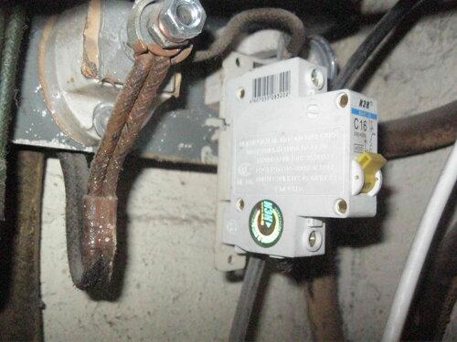 Фото 8. Автомат квартиры висит на проводах, хотя в щите полно места для установки DIN-рейки.