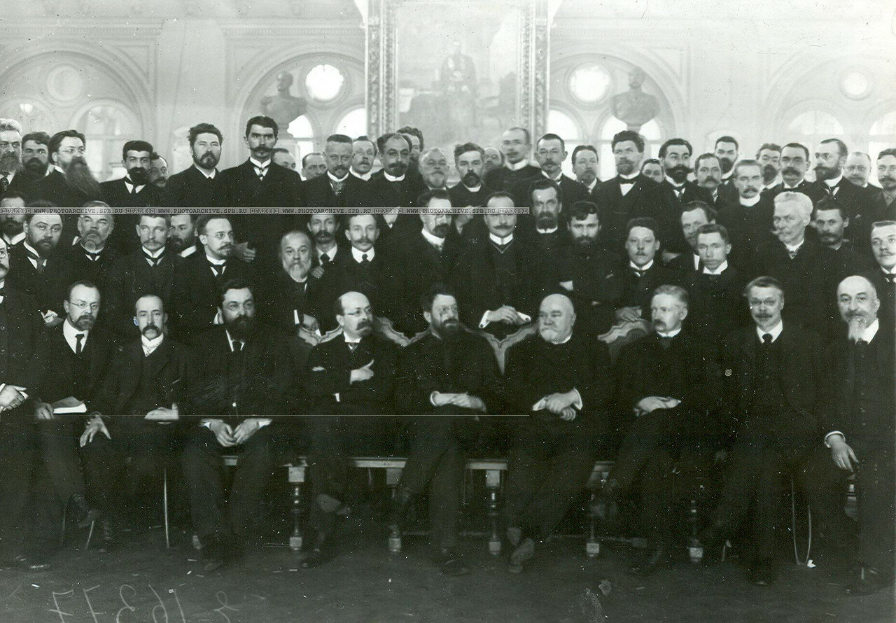 Группа депутатов Второй Государственной думы и выборщиков по Петербургу в зале городской думы