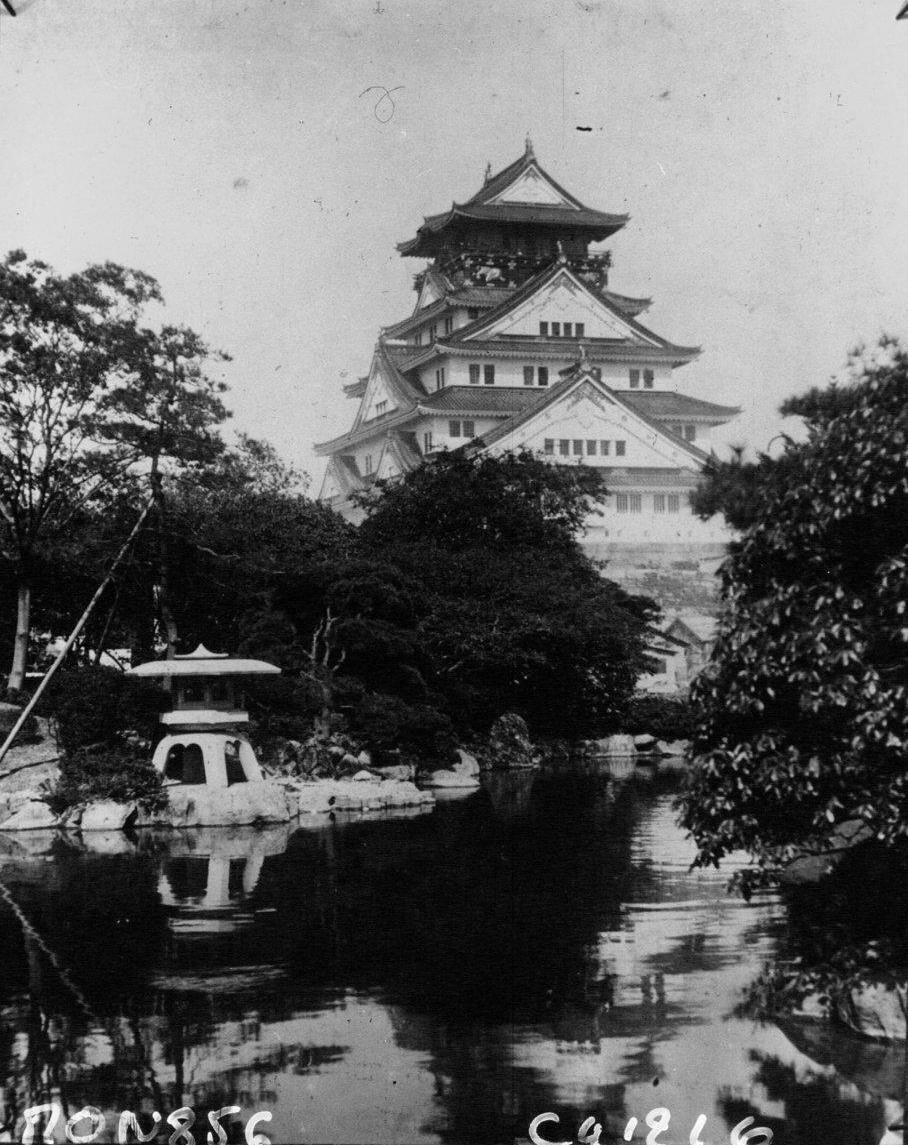 Замок в Осаке, один из наиболее характерных и один из последних оставшихся замков феодального времени